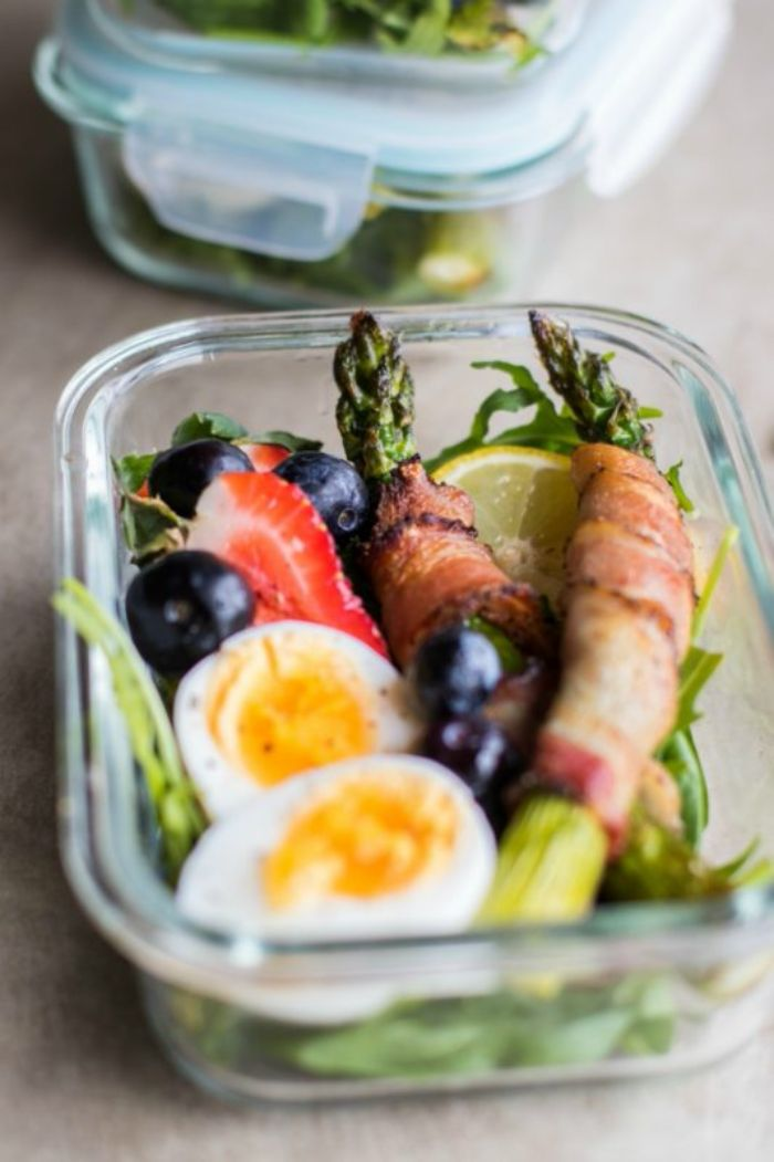 asperges enveloppées de prosciutto ou bacon avec des oeufs durs, olives, et fruits rouges pour petit dejeuner simple et équilibré
