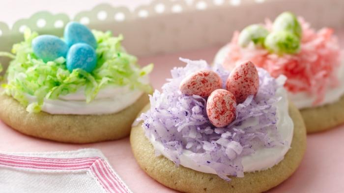 idée mini gateau de paques 2020 facile à faire, biscuits prêt à cuire décorés de crème blanche et noix de coco colorée