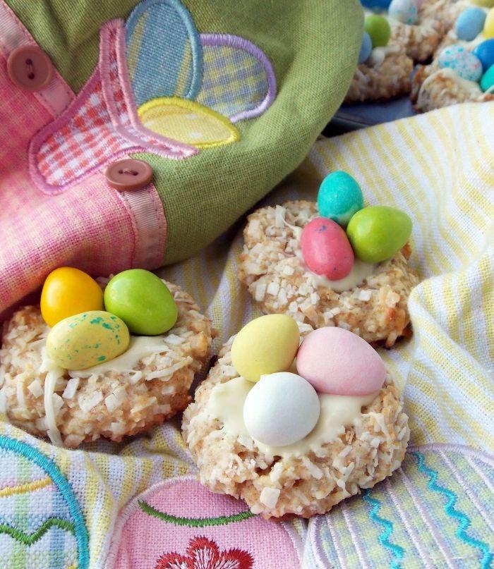 idée de dessert paques facile avec cookies croustillantes décorés de crème blanche et noix de coco râpé en forme de nid