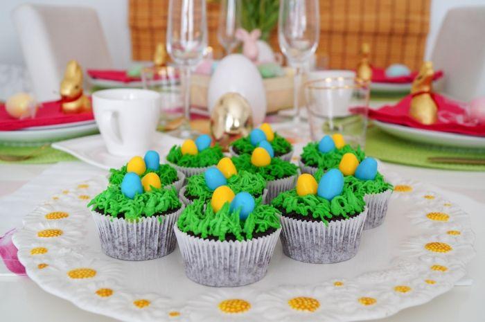 comment faire un mini gateau pour paques facile, idée recette de muffin au chocolat noir avec décoration en crème verte pour Pâques