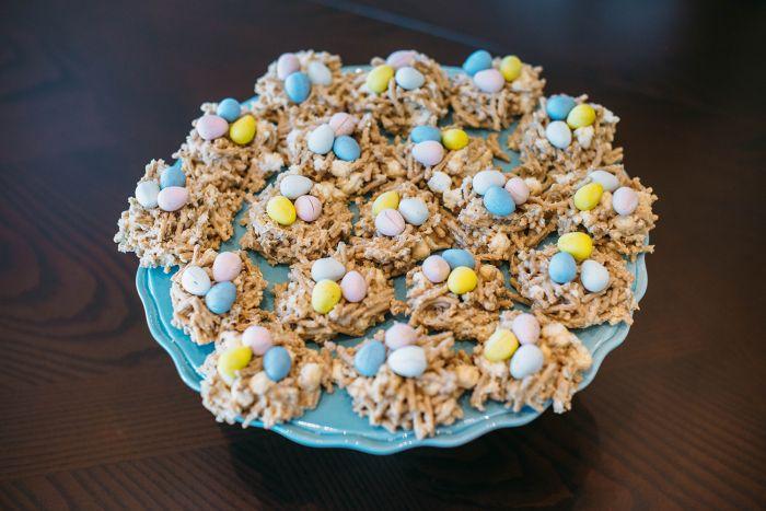 idée de recette nid de paques simple, modèle de biscuits fait maison avec nouilles frites caramélisés décorés de mini œufs sucrés