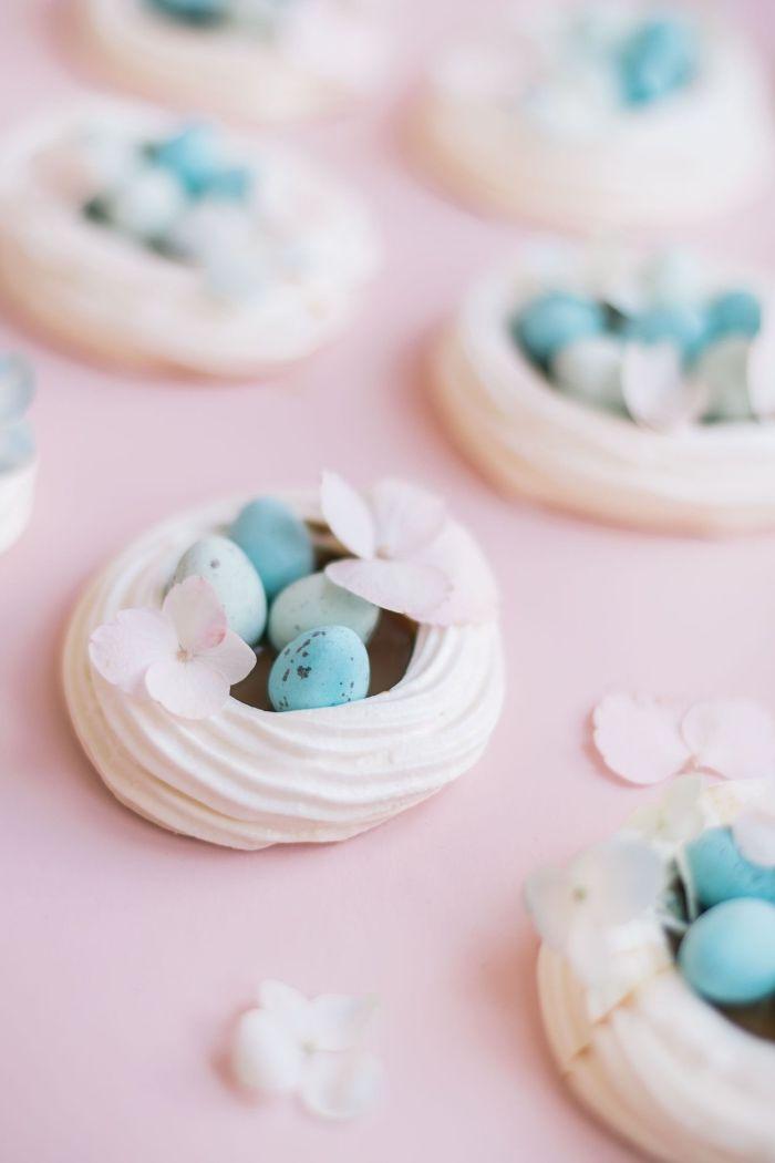 comment faire ses meringues maison facile, idée de dessert de paques simple avec blancs d'œufs et tartre en forme de nid