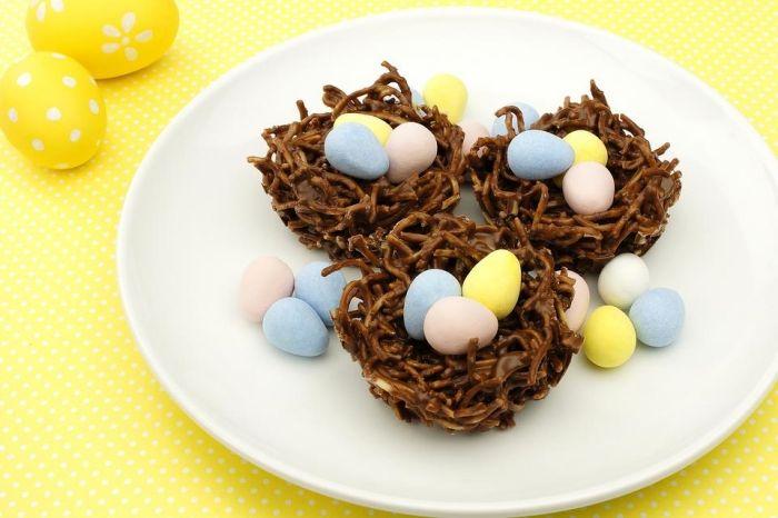 idée de mini gateau de paques original à faire avec peu d'ingrédients, mini nid sucré avec nouilles frites et chocolat fondu