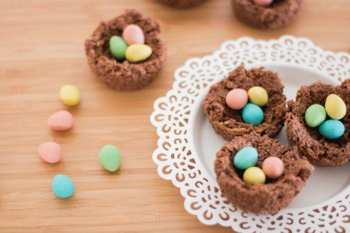 idée de dessert de paques facile à faire avec chocolat fondu, petit nid sucré avec cacao en poudre et flocons d'avoine