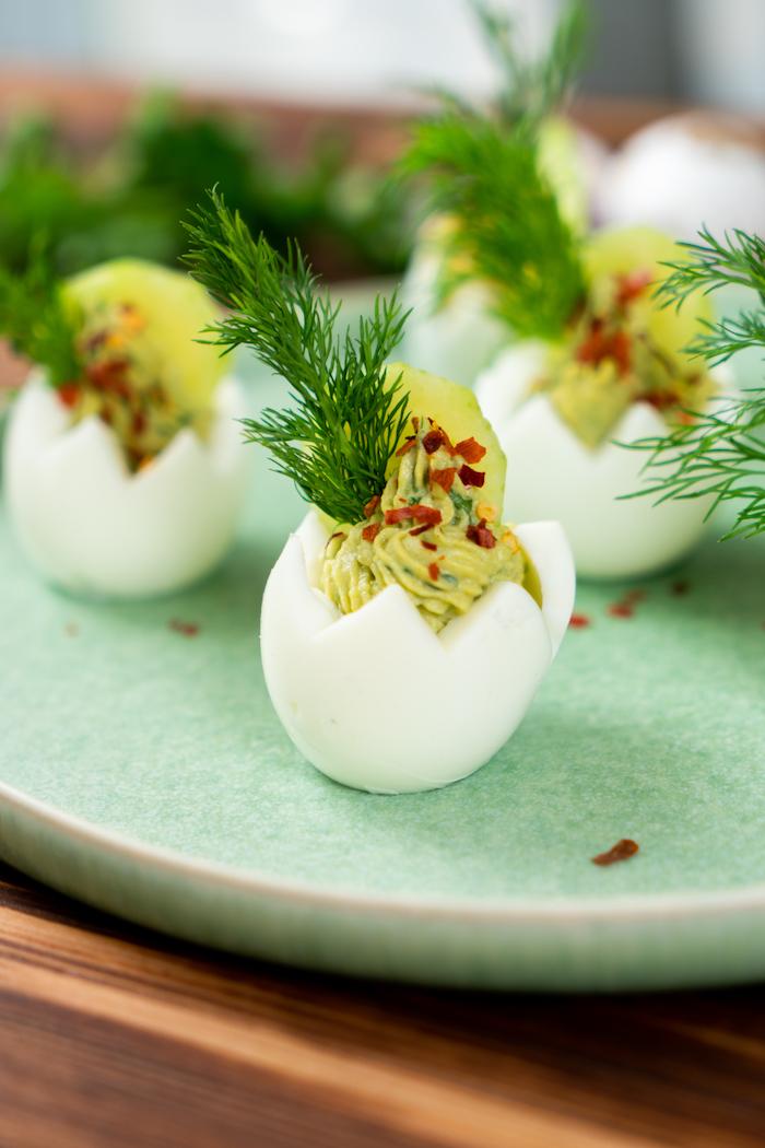 recette de pques, idee comment faire des nids de paques salés mélange jaune d oeuf, avocat, moutarde