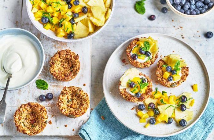comment préparer un dessert de paques facile et rapide, idée de mini gâteau croustillant avec flocons d'avoine et fruits