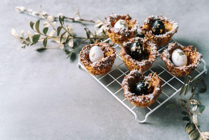 exemple de desset de paques original, petit gateau de paques nids au chocolat et flocons de noix de coco avec oeufs de caille