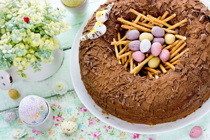 idée comment préparer un gâteau de pâques au chocolat sous forme de nid de Pâques rempli de petits œufs en chocolat