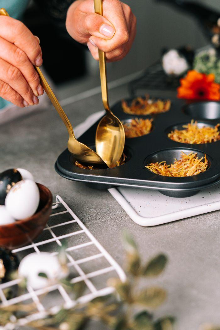 répartir les vermicelles dans un moule à muffins, idee pour faire petit gateau pour paques original