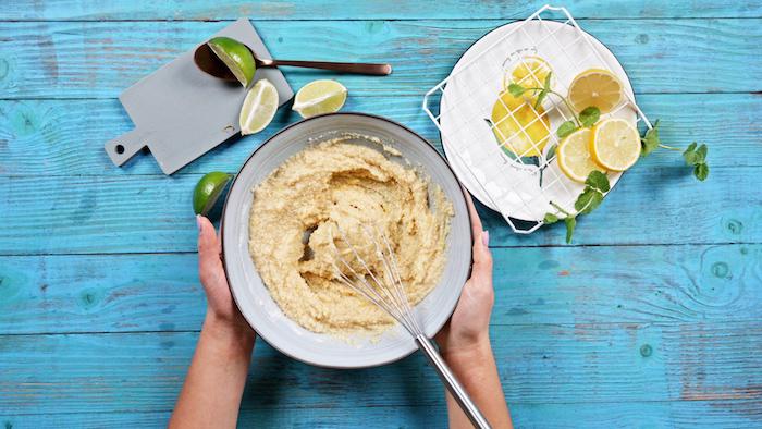 remuer mélange pâte à cookie sans sucre et sans gluten petit dejeuner keto simple a faire à base de farines sans gluten
