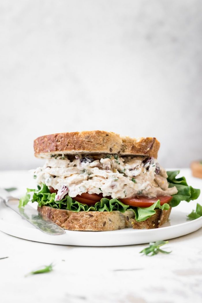 exemple menu de la semaine, repas de midi rapide, sandwich au thon et mayonnaise, feuille de laitue et tranches de tomate