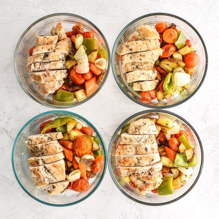 recette facile pour le soir ou pour midi, bol de viande avec blanc de poulet, légumes grillés, tomates, carottes, poivrons