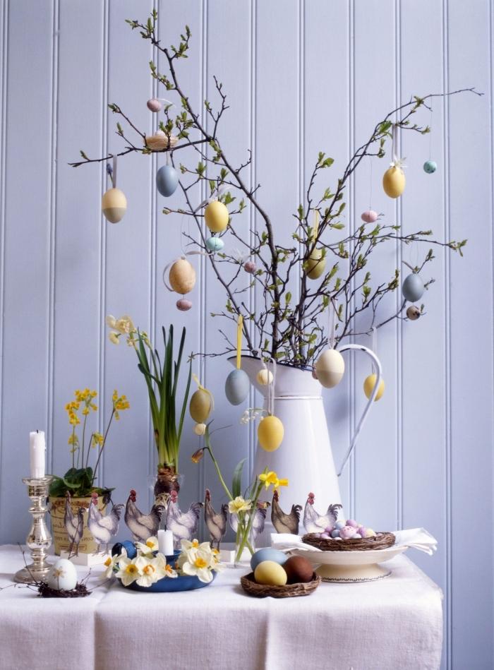 bricolage paques facile, idée comment décorer une table de Pâques avec bouquet de branches et oeufs peints