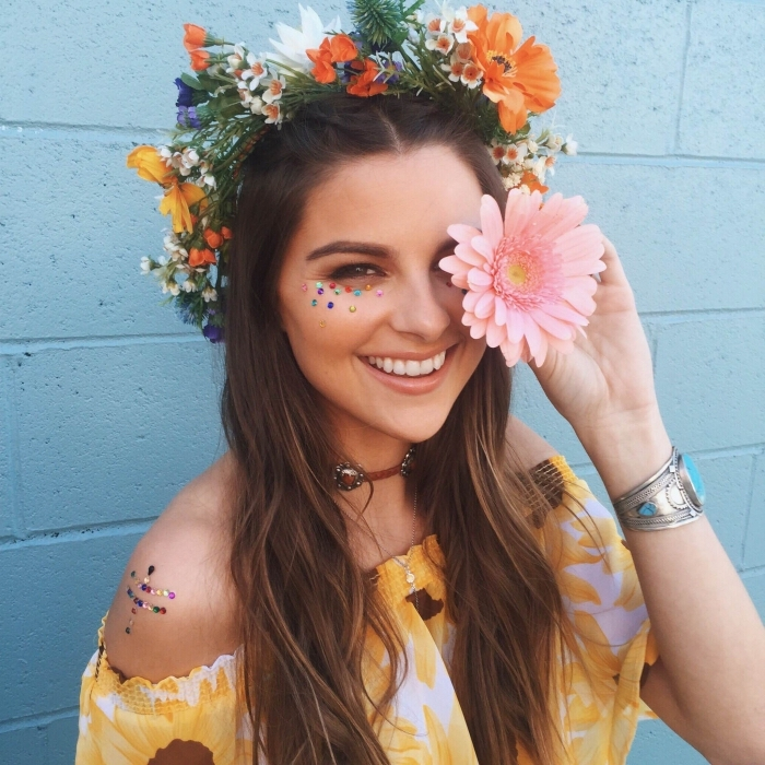 exemple comment faire un maquillage hippie facile pour un festival, look femme hippie avec strass colorés sur le visage