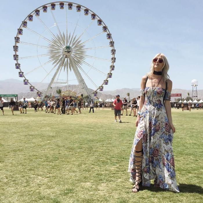 Longue robe hippie chic fendue associée a choker, festival californie du sud beau look moderne