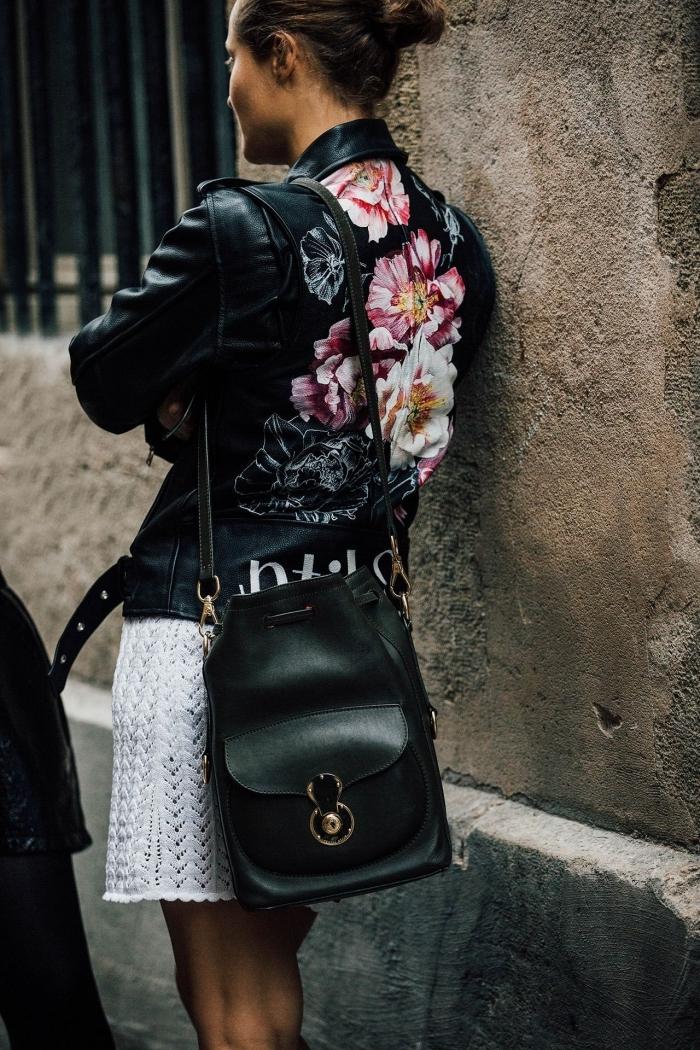idée comment porter la veste biker femme avec jupe ou robe courte, tenue de printemps en veste cuir noir à motifs fleuris