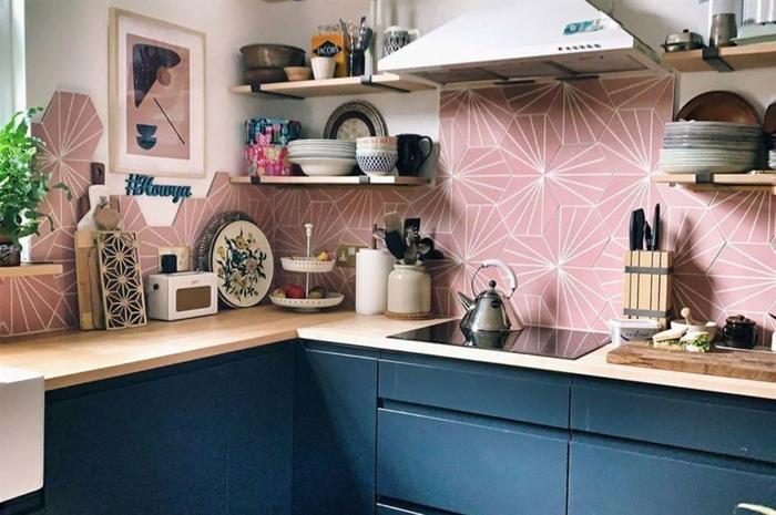 Rose carrelage géométrique motif inspiration cuisine, peinture bleu nuit, design maison moderne