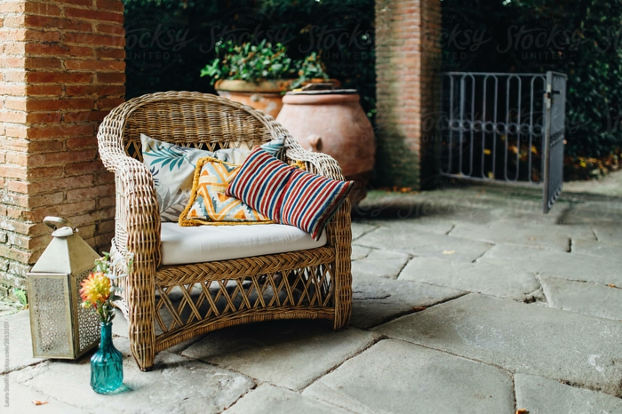 Fauteuil en rotin idee jardin, aménagement terrasse de jardin meubles exterieurs bouteille en verre bleu avec fleurs