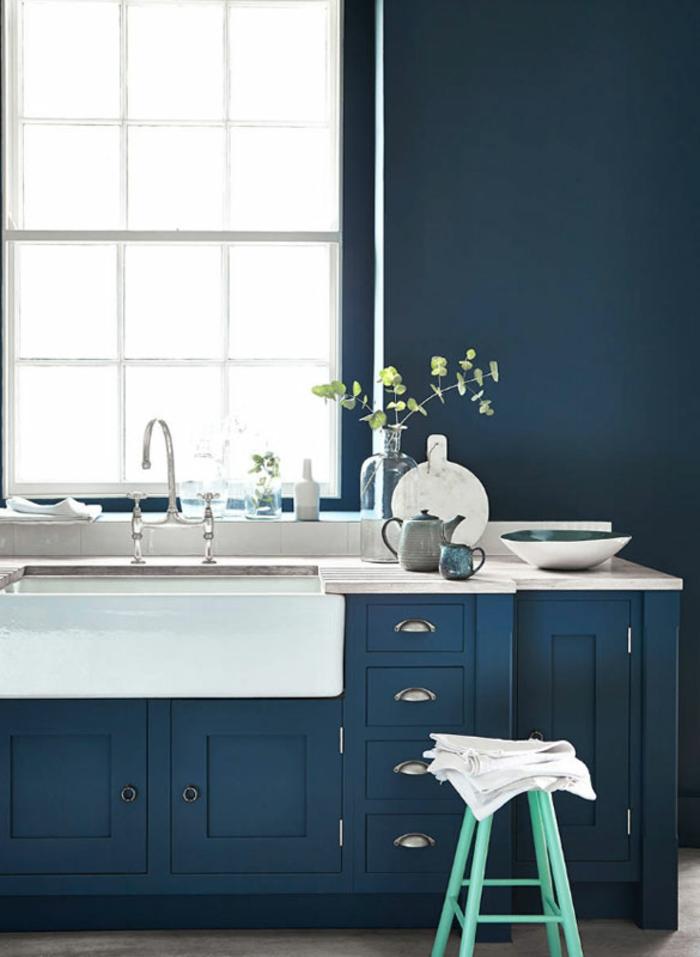 Sombre bleu pour la cuisine moderne blanche et bleue, peinture bleu nuit tendance esthétique décoration épurée