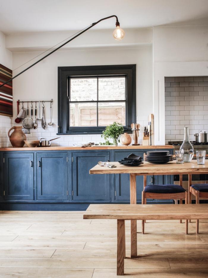 Rustique cuisine en bleu et bois avec carrelage blanc, idée couleur cuisine, deco bleu, aménagement appartement