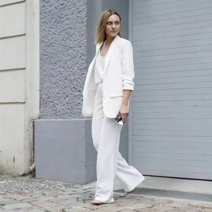 Simple idée tout en blanc blouse, blazer et pantalon évasé, tailleur pantalon femme pour ceremonie mariage, belle tenue pour femme