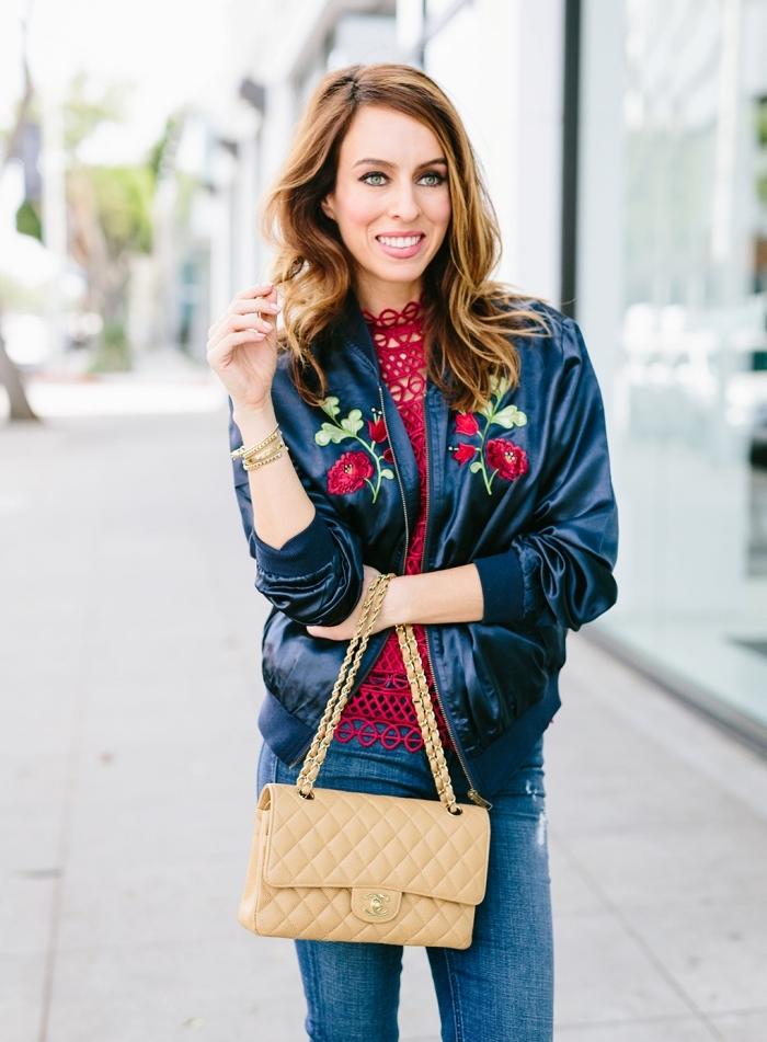 idée tenue de printemps femme avec blouse rouge et jeans, modèle de veste simili cuir avec broderie florale en rouge et vert