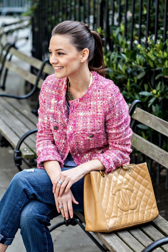 tenue de printemps avec vêtements de couleur tendance 2020 rose, modèle de veste tweed femme courte en nuances blanc et rose