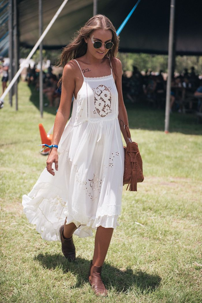 mi longue robe blanche en dentelle, idée robe longue fleurie boheme chic au desert festival coachella
