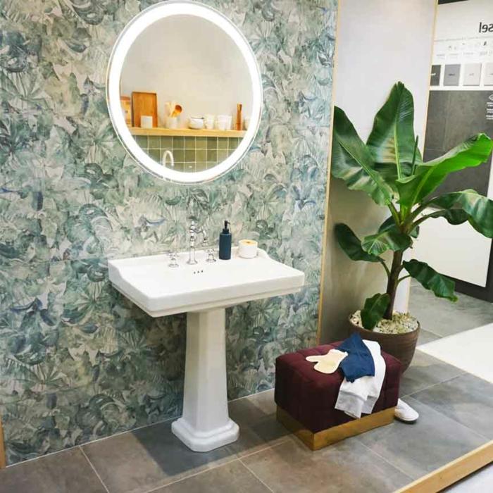 Miroir ronde, mur à feuilles vertes, carrelage sur l'autre mur, idée peinture salle de bain, quelle couleur pour une salle de bain