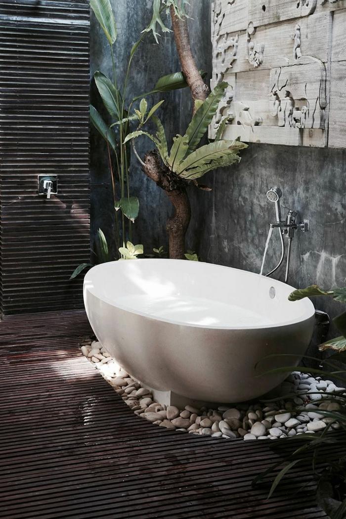 Bali style salle de bain zen avec grandes plantes vertes et pierres couleur peinture salle de bain, aménagement salle de bain colorée peinture
