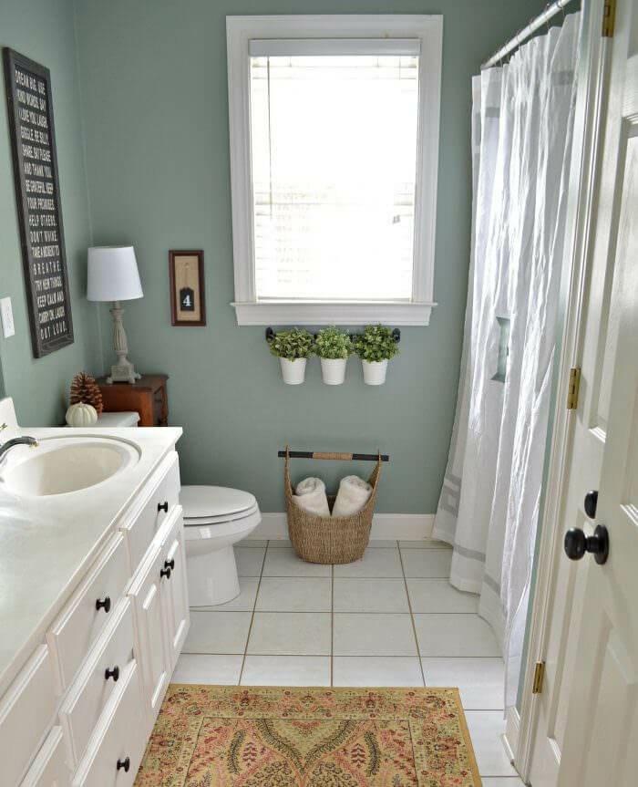 Simple idée couleur salle de bain verte, a quelle couleur associer le vert tapis oriental, basket pour les toiles, meuble lavabo blanc