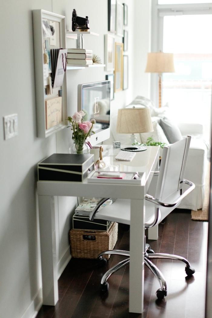 décoration de bureau ikea blanc avec fourniture et accessoires stylés, idée petit coin de travail dans un salon aménagé avec meubles blancs