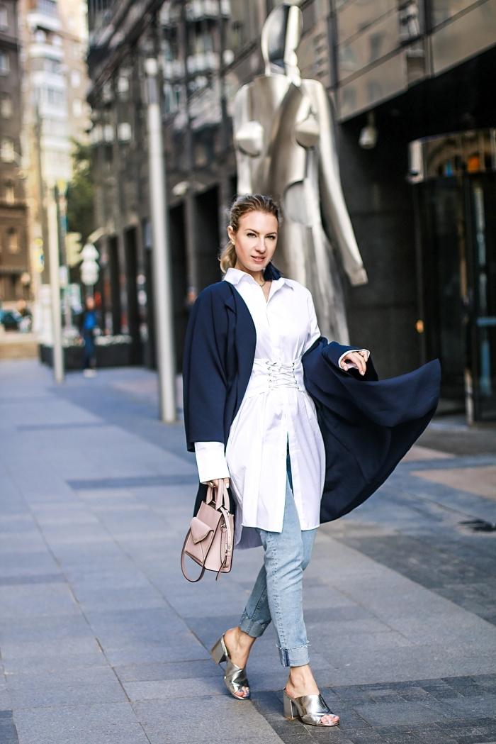 vision élégante femme avec jeans clairs et chemise tunique blanche, exemple de veste légère femme de couleur bleu foncé