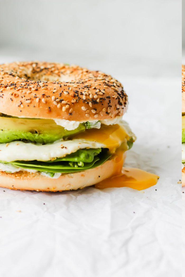 idee de sandwich cetogene au fromage, salade avocat entre des bagels keto, petit déjeuner sans sucre
