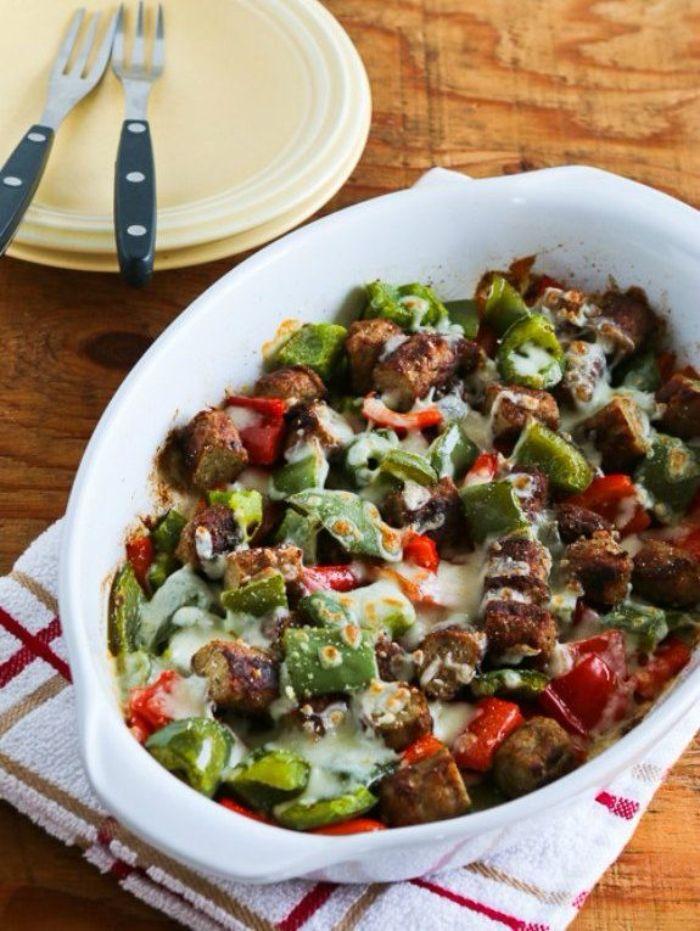 casserole à la saucisse, poivron rouge, poivron vert et fromages, menu cetogene petit dejener repas de midi équillibré