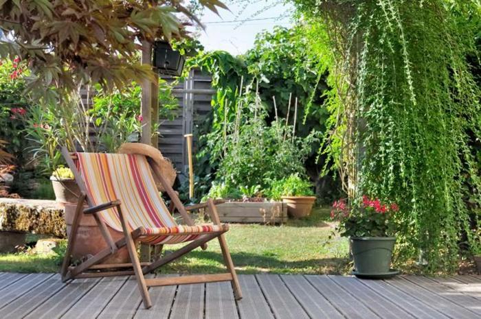 DIY déco simple, chaise confortable pour prendre de sol, idée jardin paysager, amenagement terrasse jardin jolies fleurs