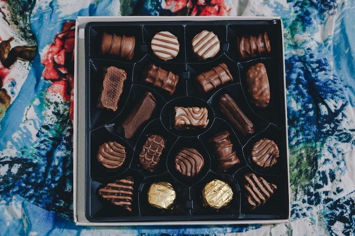 Boite pleine de chocolats bonbons de paques pour adultes, cadeau de paques chouette idée