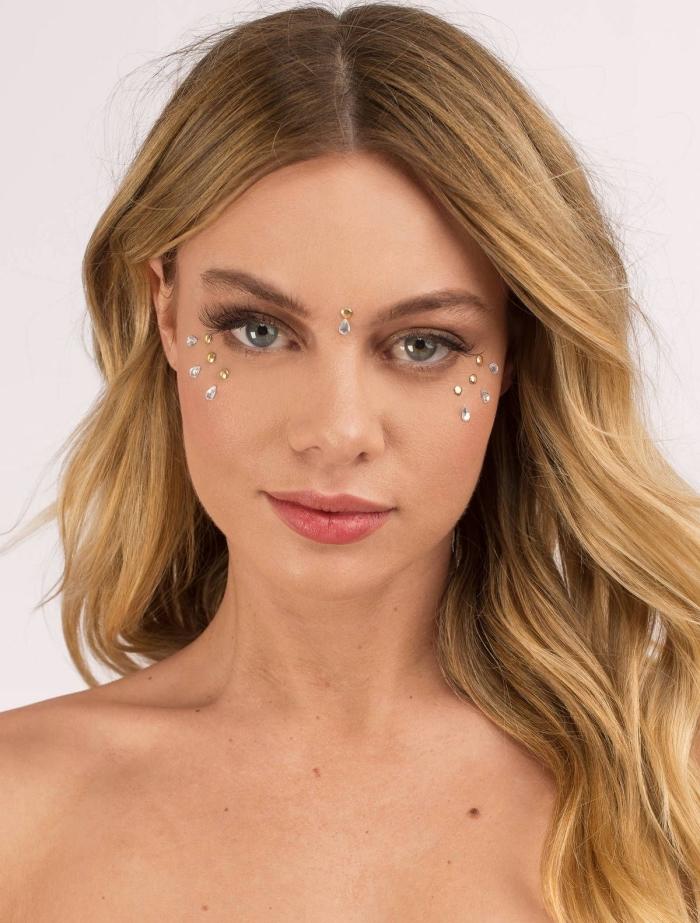 comment bien se maquiller pour un festival femme, look de fête avec maquillage naturel et strass visage sous les yeux