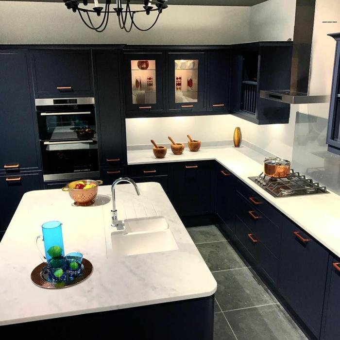 Lustre noire métal cuisine couleur, inspiration cuisine moderne couleur bleu nuit marbre