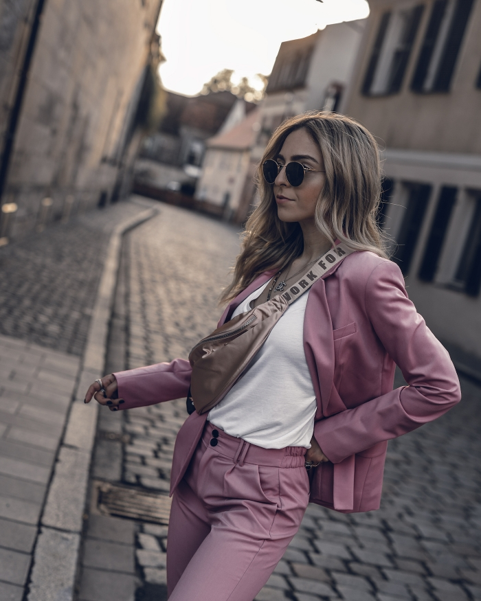 tenue classe femme en tailleur rose et t-shirt blanc, idée de veste légère de nuance tendance 2020 pour le printemps