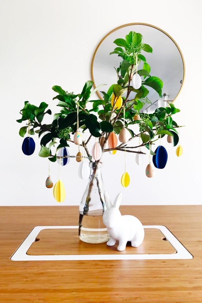 deco paques exterieur ou intérieur facile et rapide, exemple de bouquet de branches décorées d'oeufs de Pâques en papier