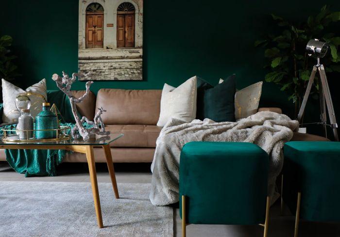 aménager une table basse design dans un salon couleur bleu paon, avec une table basse originale en bois et verre au centre