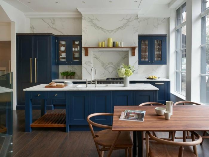 Étagère avec bougies peinture bleu nuit, inspiration cuisine moderne choisir les couleurs table en bois