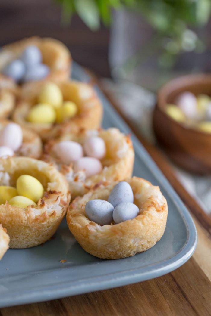 recette nid de paques facile à faire, petit nid sucré au citron et à la vanille rempli avec petits bonbons au chocolat en forme d'œufs de pâques