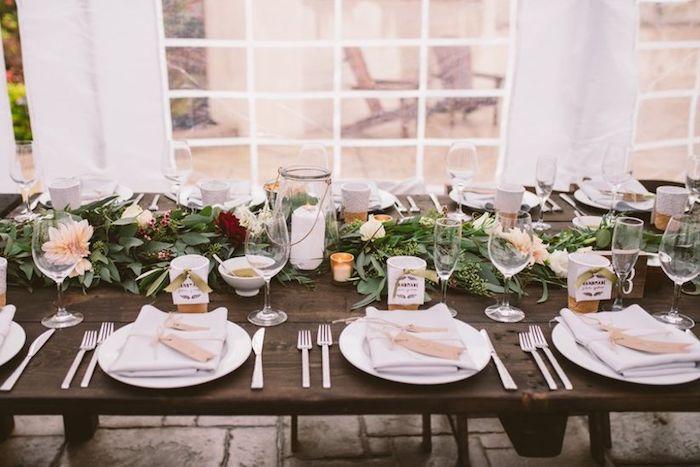 Table longue en bois chemin de table fleurie deco champetre mariage, choisir le style bohème pour son mariage