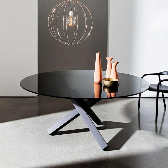 Point central d'un intérieur la table souligne l'atmosphère et devient tendance