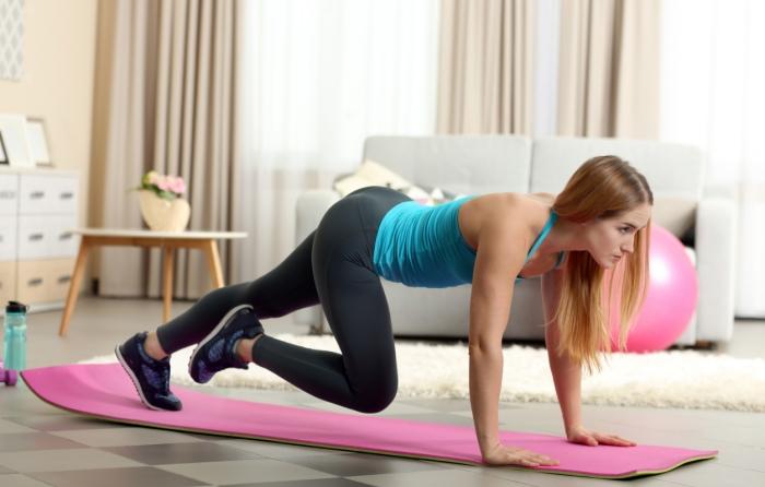 programme sport femme à la maison, comment s'entraîner chez soi sans matériel, idée d'exercice pour le bas du corps