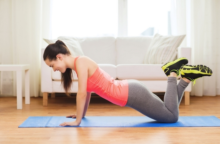 se motiver à faire musculation a la maison, comment pratiquer du sport facile chez soi sans matériel, exercice de sport femme