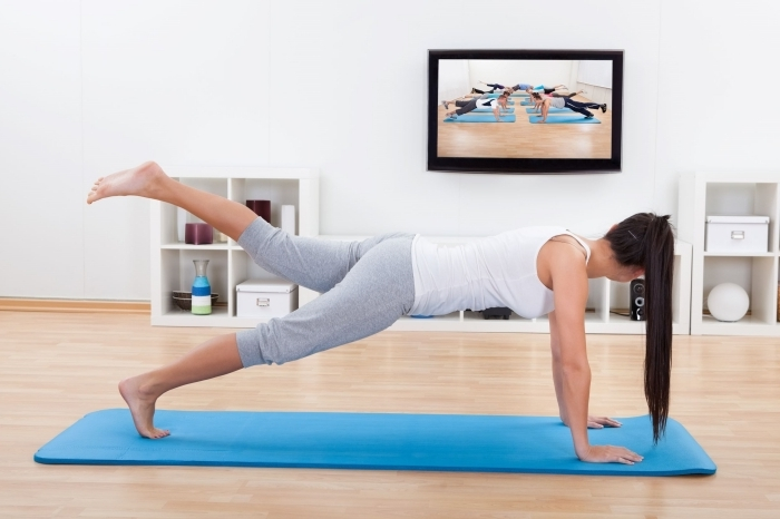suivre un cours yoga facile pour débutant, quel sport pratiquer chez soi gratuit et sans matériel, idée programme yoga pour femme ou homme