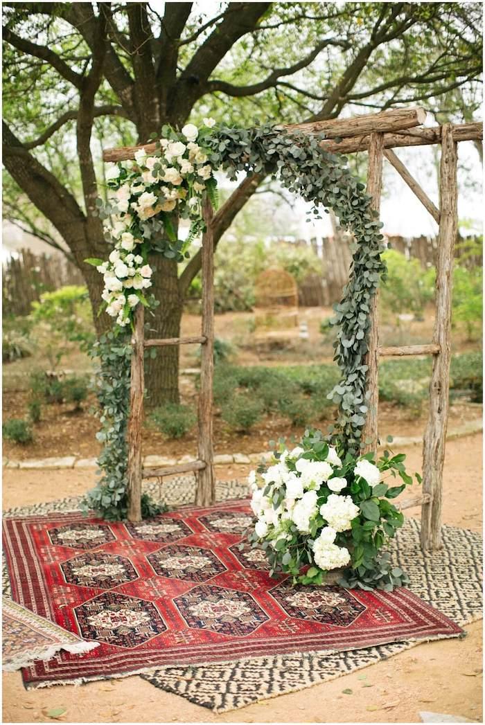 Arc fleurs blanches décoration mariage champêtre chic, mariée robe champetre beau tapis oriental